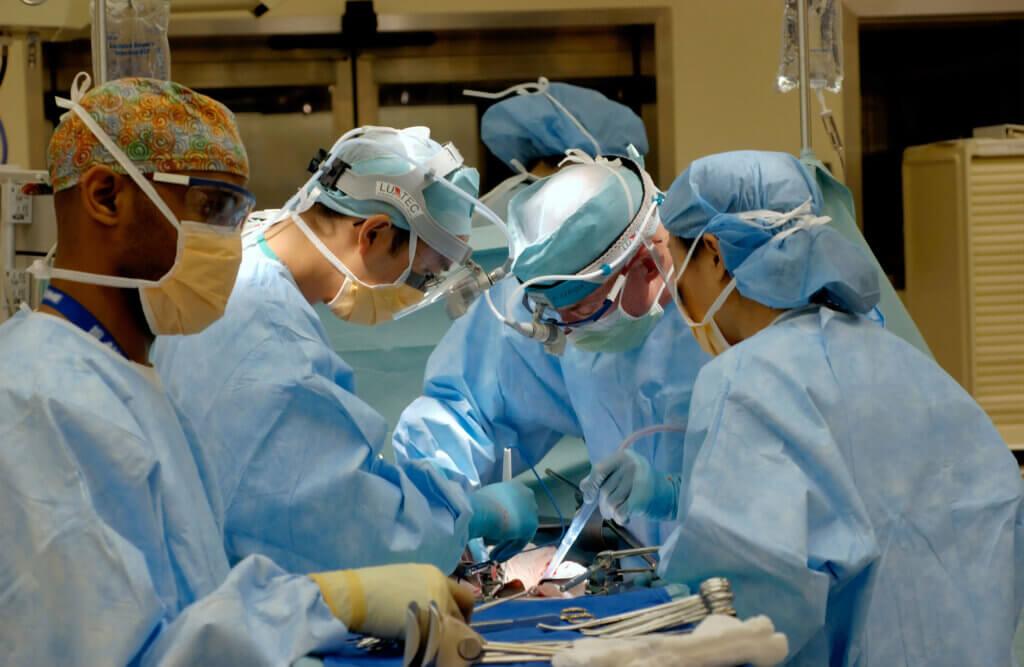 how much do surgeons make